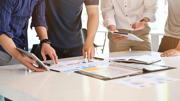 Coup de feu démarré des affaires avec jeune homme d'affaires consulter réunion sur la table de travail. Photo Premium