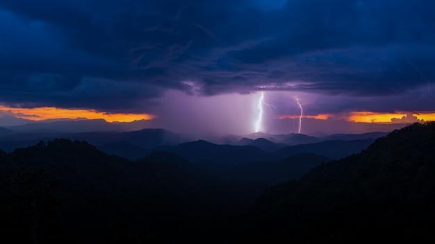 Coup de foudre d'un orage au coucher du soleil Photo Premium