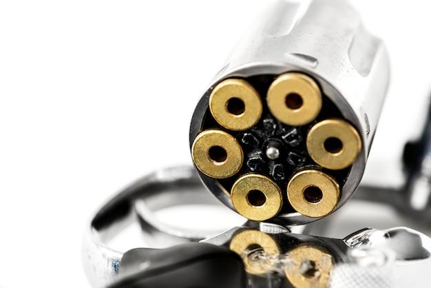 Coup de macro d'arme à feu isolé sur fond blanc Photo gratuit