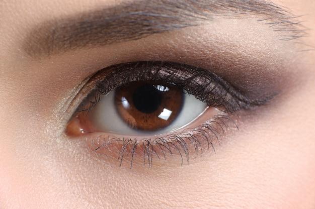 Coup de macro d'un oeil d'une femme Photo Premium