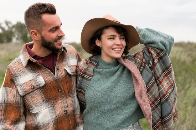 Coup De Milieu Charmant Couple Dans La Nature Photo Premium