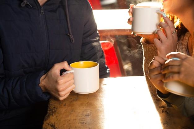 Coup moyen d'amis boire du café Photo gratuit