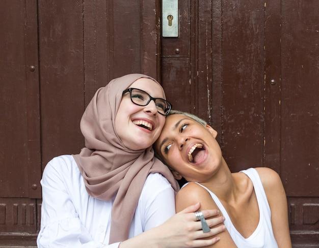 Coup moyen d'amis s'amusant Photo gratuit