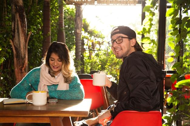 Coup moyen d'amis à la terrasse du café Photo gratuit