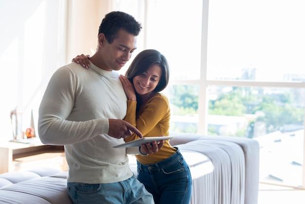Coup moyen de couple à l'aide d'une tablette Photo gratuit