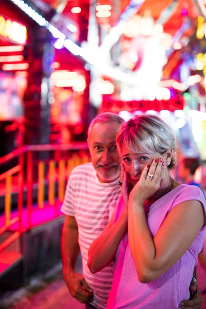 Coup Moyen Couple Au Parc D'attractions Photo gratuit