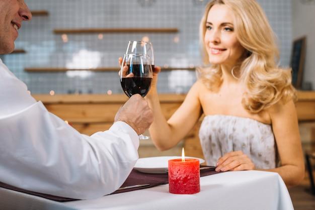 Coup moyen de couple buvant du vin Photo gratuit