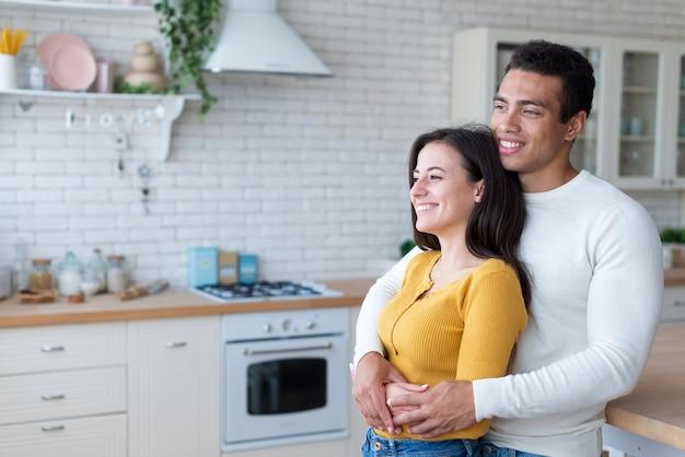 Coup moyen de couple charmant dans la cuisine Photo gratuit