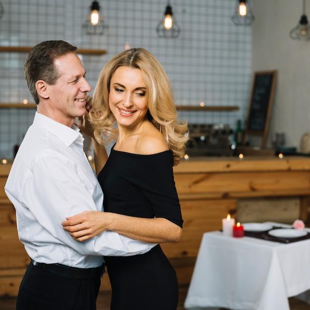 Coup moyen de couple charmant dansant Photo gratuit
