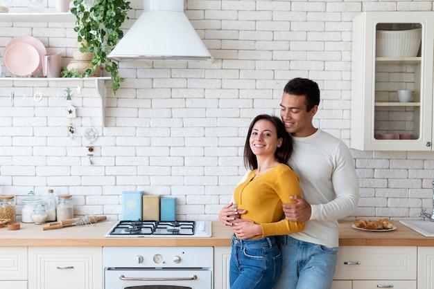 Coup moyen de couple dans la cuisine Photo gratuit