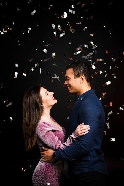 Coup moyen de couple embrassé pour le nouvel an Photo gratuit
