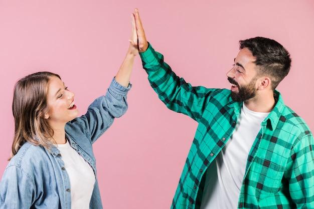 Coup moyen couple haut fiving Photo gratuit