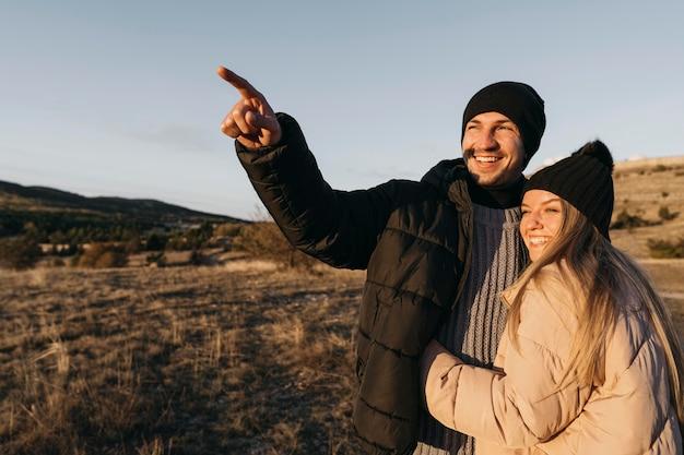 Coup Moyen Couple Heureux à L'extérieur Photo gratuit