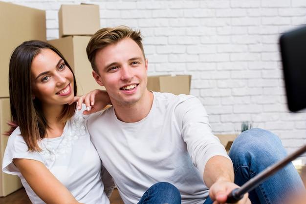 Coup Moyen Couple Prenant Un Selfie Photo gratuit