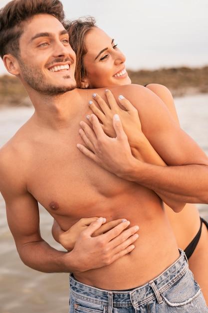 Coup moyen de couple à la recherche de suite Photo gratuit
