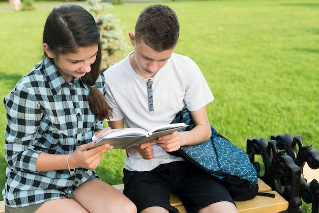 Coup moyen de deux camarades de classe partageant des notes Photo gratuit