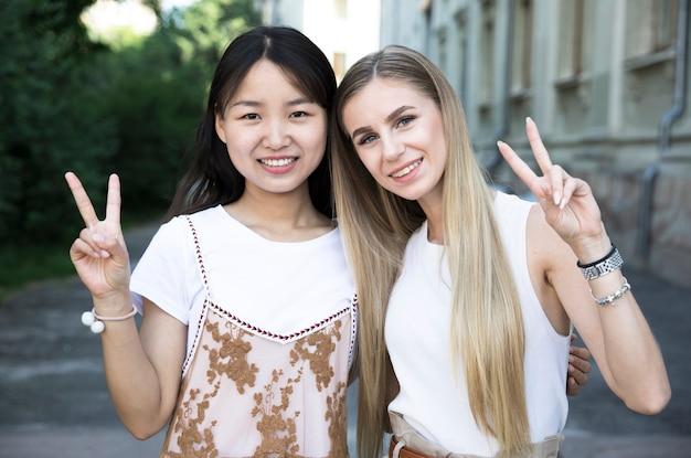Coup moyen divers amis souriants Photo gratuit