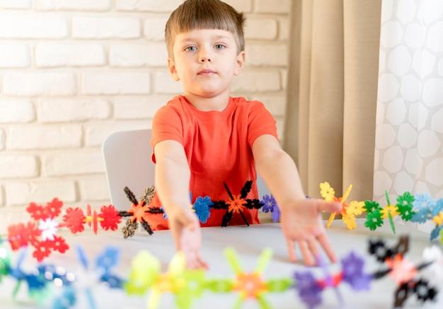 Coup Moyen Enfant Avec Jouet Floral Photo gratuit