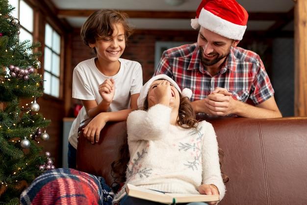 Coup Moyen Enfants Avec Père Rire Ensemble Photo gratuit