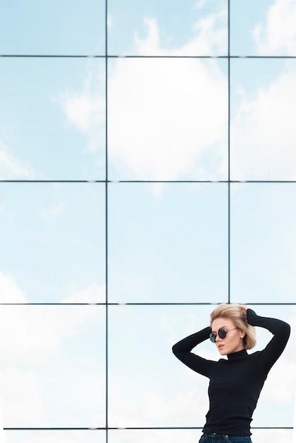 Coup moyen de femme élégante Photo gratuit