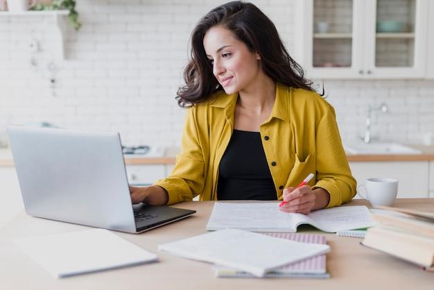 Coup moyen, femme, étudier, à, ordinateur portable Photo gratuit