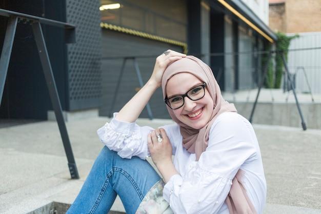 Coup moyen de femme avec des lunettes souriant Photo gratuit