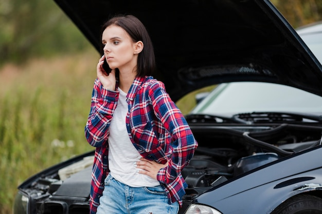 Coup moyen de femme parlant au téléphone Photo gratuit
