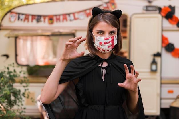 Coup Moyen Femme Portant Un Masque Photo gratuit