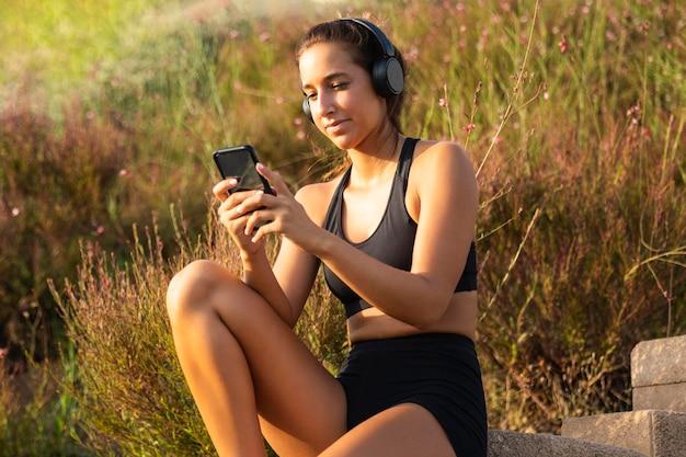 Coup Moyen Femme Regardant Téléphone Photo Premium