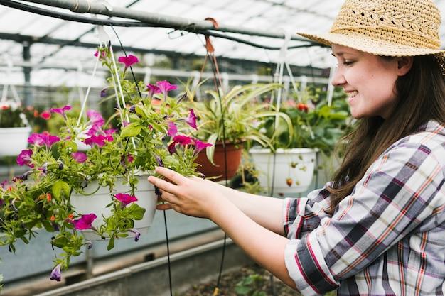 Coup moyen, femme, regarder, fleurs Photo gratuit