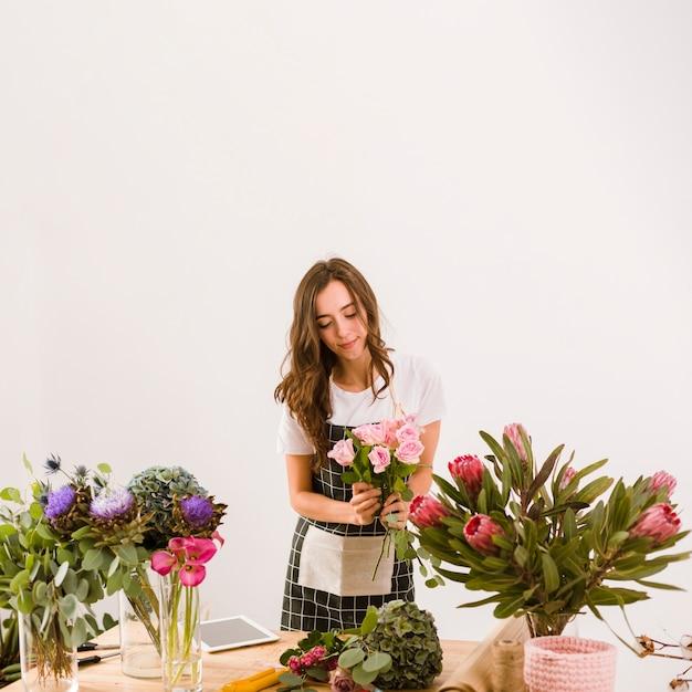 Coup Moyen Femme Travaillant Au Magasin De Fleurs Photo gratuit