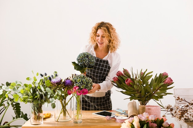 Coup Moyen Femme Travaillant Dans Un Magasin De Fleurs Photo gratuit