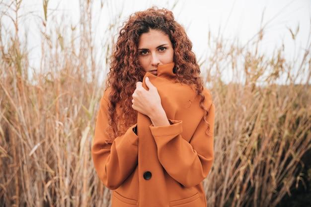 Coup moyen femme en trench-coat Photo gratuit