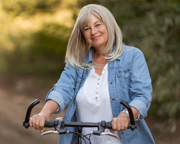 Coup Moyen Femme Avec Vélo Photo Premium