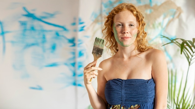 Coup moyen femme avec visage peint Photo gratuit