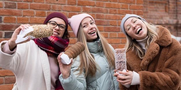 Coup Moyen Des Femmes Avec Des Gâteaux De Cheminée Photo gratuit
