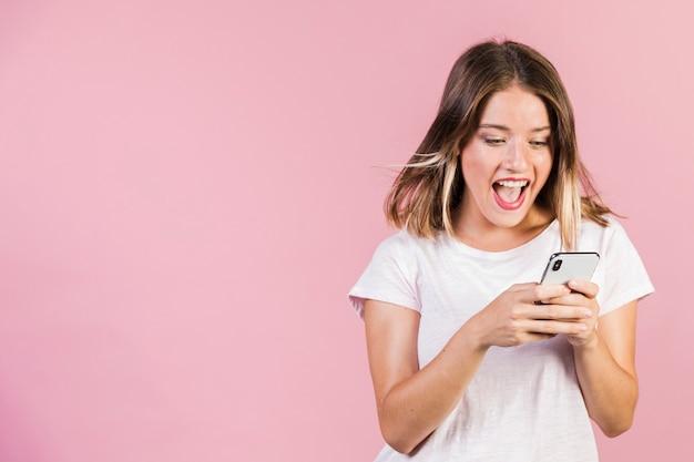 Coup moyen fille à l'aide de son téléphone Photo gratuit
