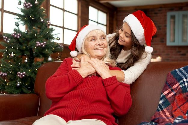 Coup moyen fille heureuse en regardant sa grand-mère Photo gratuit