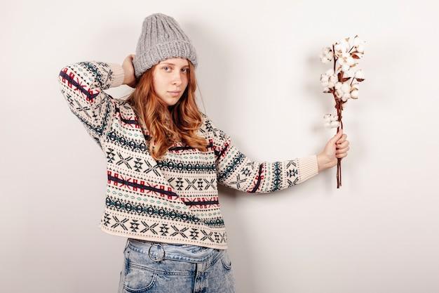 Coup moyen fille posant avec fleur Photo gratuit