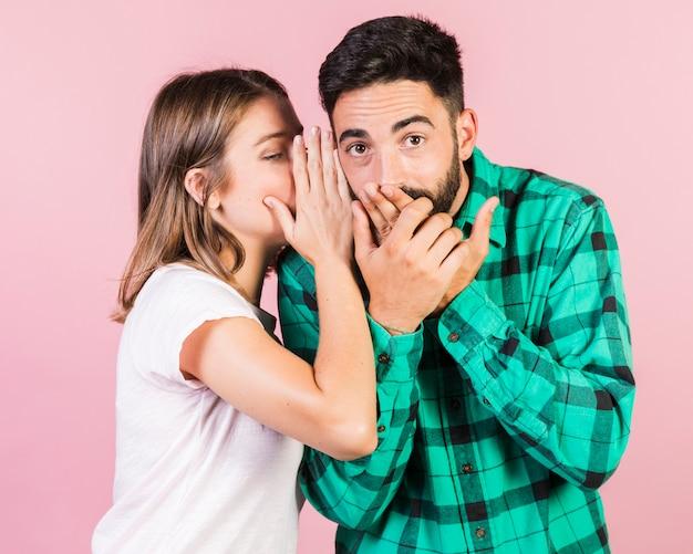 Coup moyen avec une fille qui chuchote Photo gratuit