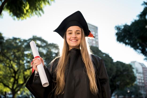 Coup moyen fille à sa graduation Photo gratuit