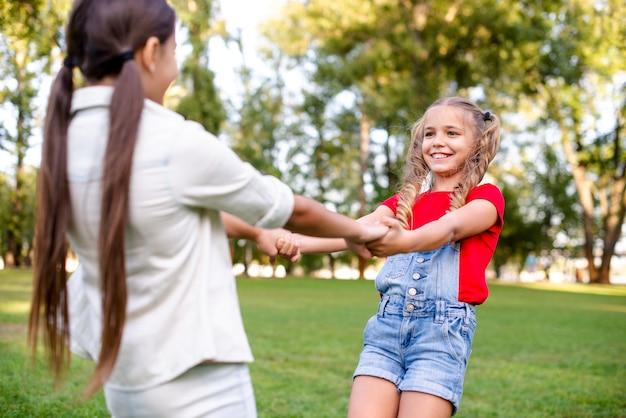 Coup moyen de filles dans un parc Photo gratuit