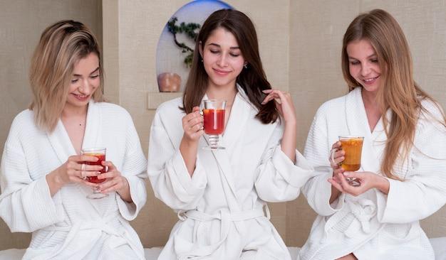 Coup moyen filles mignonnes avec des boissons à l'intérieur Photo gratuit