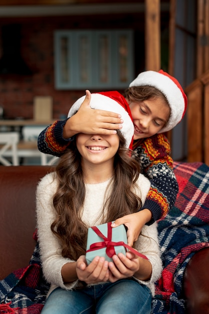Coup moyen frère surprenant sœur avec cadeau Photo gratuit