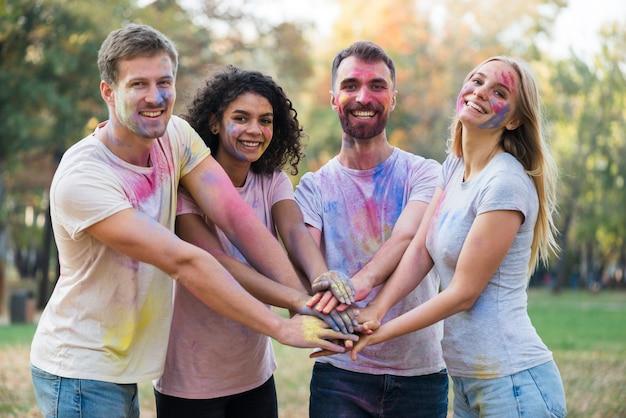 Coup Moyen De Gens Qui Mettent Leurs Mains Ensemble Photo gratuit