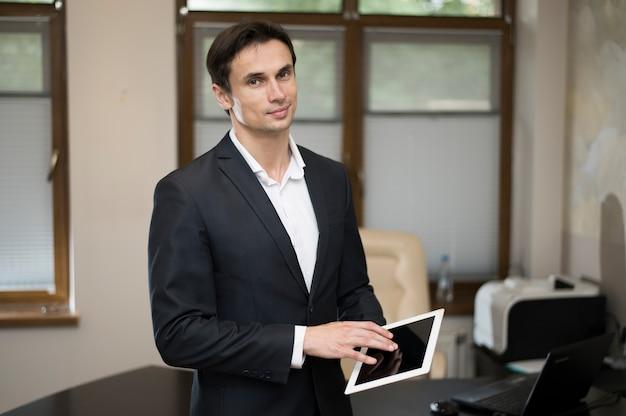 Coup moyen d'homme d'affaires à l'aide d'une tablette Photo gratuit