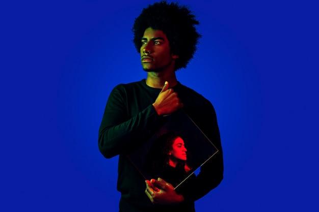 Coup moyen homme avec reflet d'une femme Photo gratuit