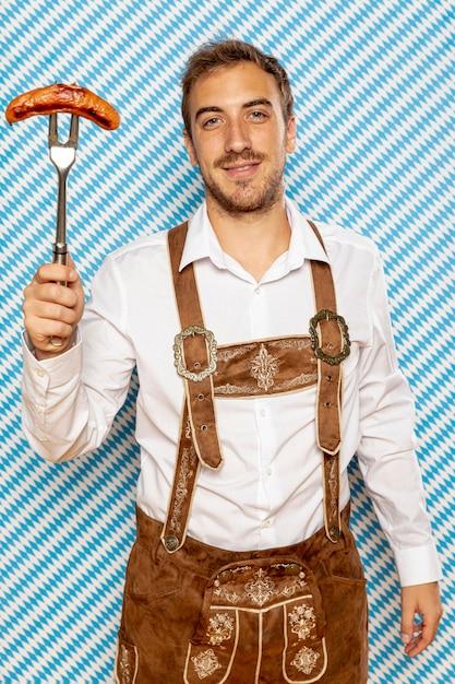 Coup moyen d'homme avec saucisse allemande Photo gratuit