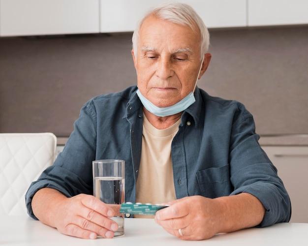 Coup Moyen Homme Tenant Des Pilules Blister Photo gratuit