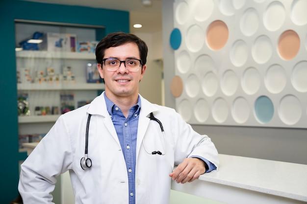 Coup moyen médecin posant dans une blouse de laboratoire Photo gratuit
